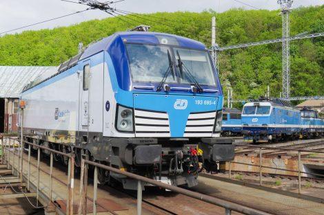 Lokomotiva Siemens Vectron v reklamním polepu Českých drah. Foto: ČD