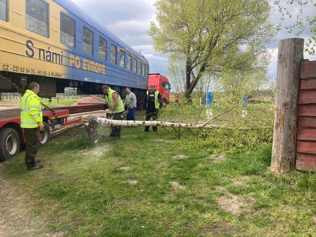 Stěhování lůžkového vozu WLABee z Němčic do Brna. Foto: Albert Fikáček