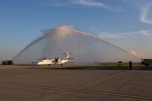 Letadlo letadlo Bombardier Dash 8 společnosti Croatia Airlines a vodní brána. Pramen: Letiště Praha