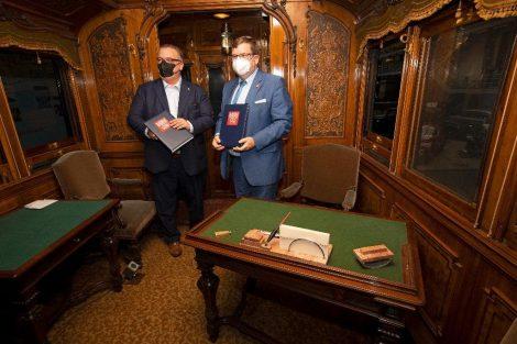 Šéfové ČD a NTM Ivan Bednárik a Karel Ksandr podepsali smlouvu v vjídelním voze dvorního vlaku císaře Františka Josefa I. Pramen: NTM