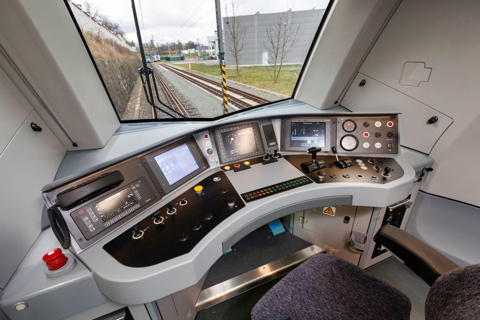 Stanoviště strojvedoucího v řídícím voze. Pramen: Škoda Transportation