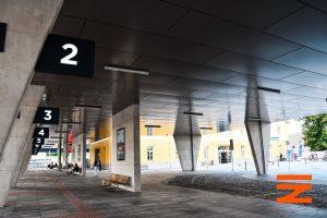Výpravní budova a nový autobusový terminál. Pramen: Správa železnic
