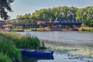Vysouvání nového železničního mostu přes Labe u Čelákovic. Pramen: Správa železnic