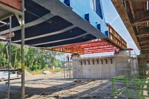 Vysouvání nového železničního mostu přes Labe u Čelákovic. Foto: Správa železnic