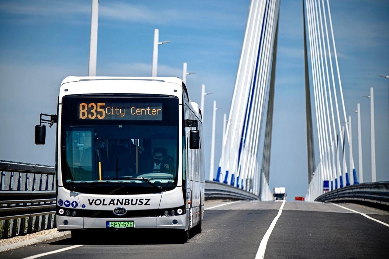 Elektrobus BYD na mostě přes Dunaj mezi Slovenskem a Maďarskem. Foto: BYD Europe