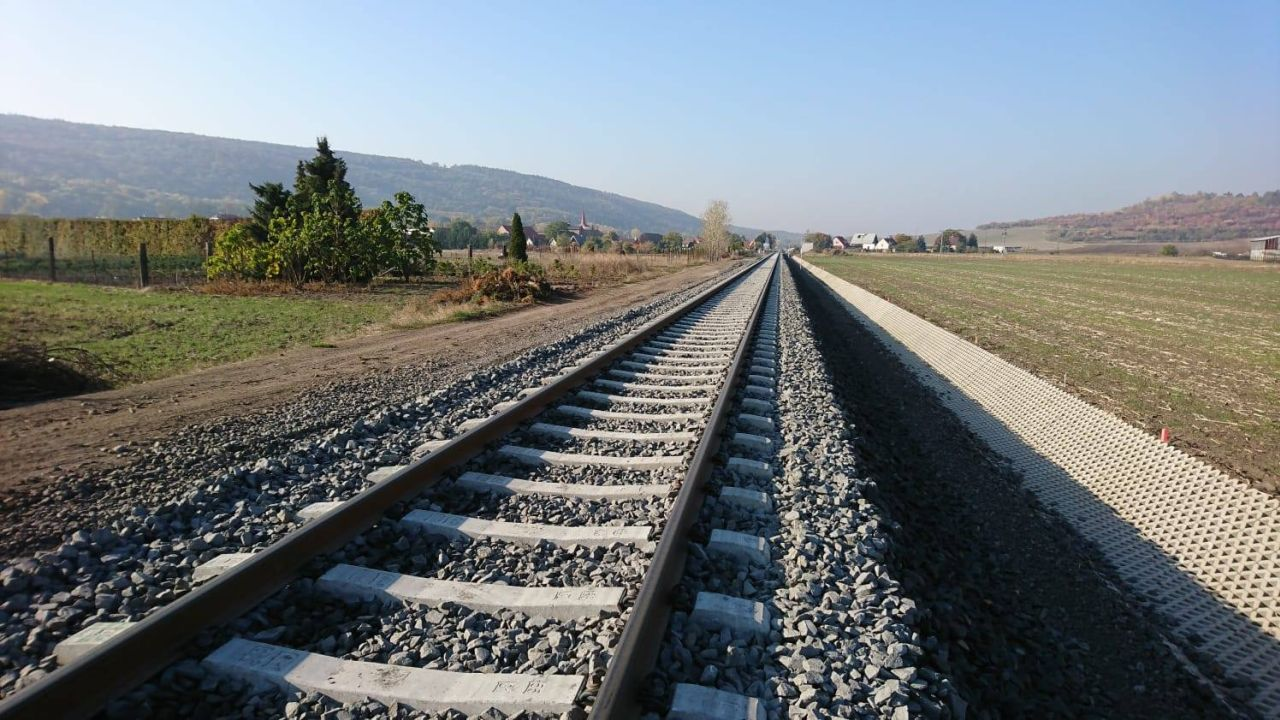 Trať z Loun do Libochovic po revitalizaci. Foto: Strabag Rail