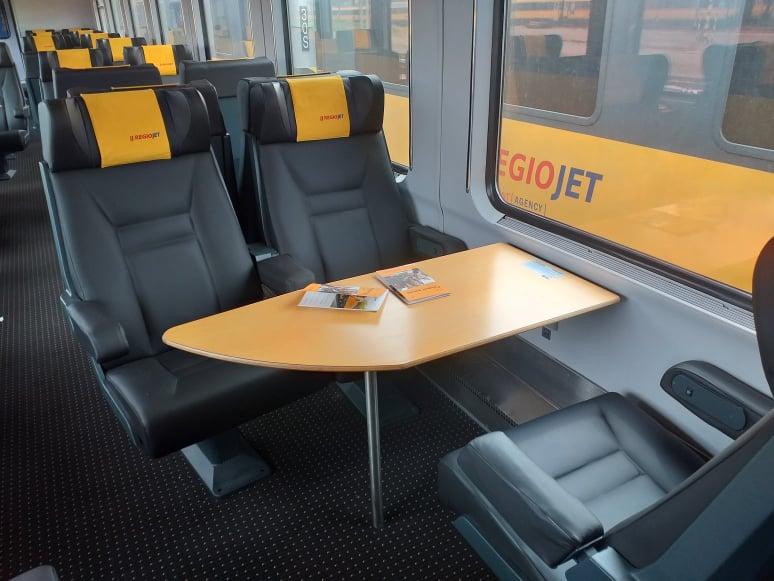 Interiér vozů Bmpz RegioJet po rekonstrukci. Foto: RegioJet