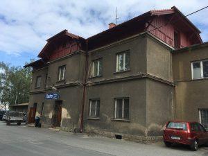 Nádražní budova v Tachově. Autor: Larsvr6 – Vlastní dílo, CC BY-SA 4.0, https://commons.wikimedia.org/w/index.php?curid=65029388