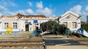 Poničená výpravní budova v Lužicích. Pramen: Správa železnic