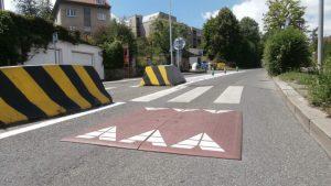 Řidiče při vjezdu do zóny s nižší rychlostí zpomalí pryžové polštáře. Foto: ricany.cz