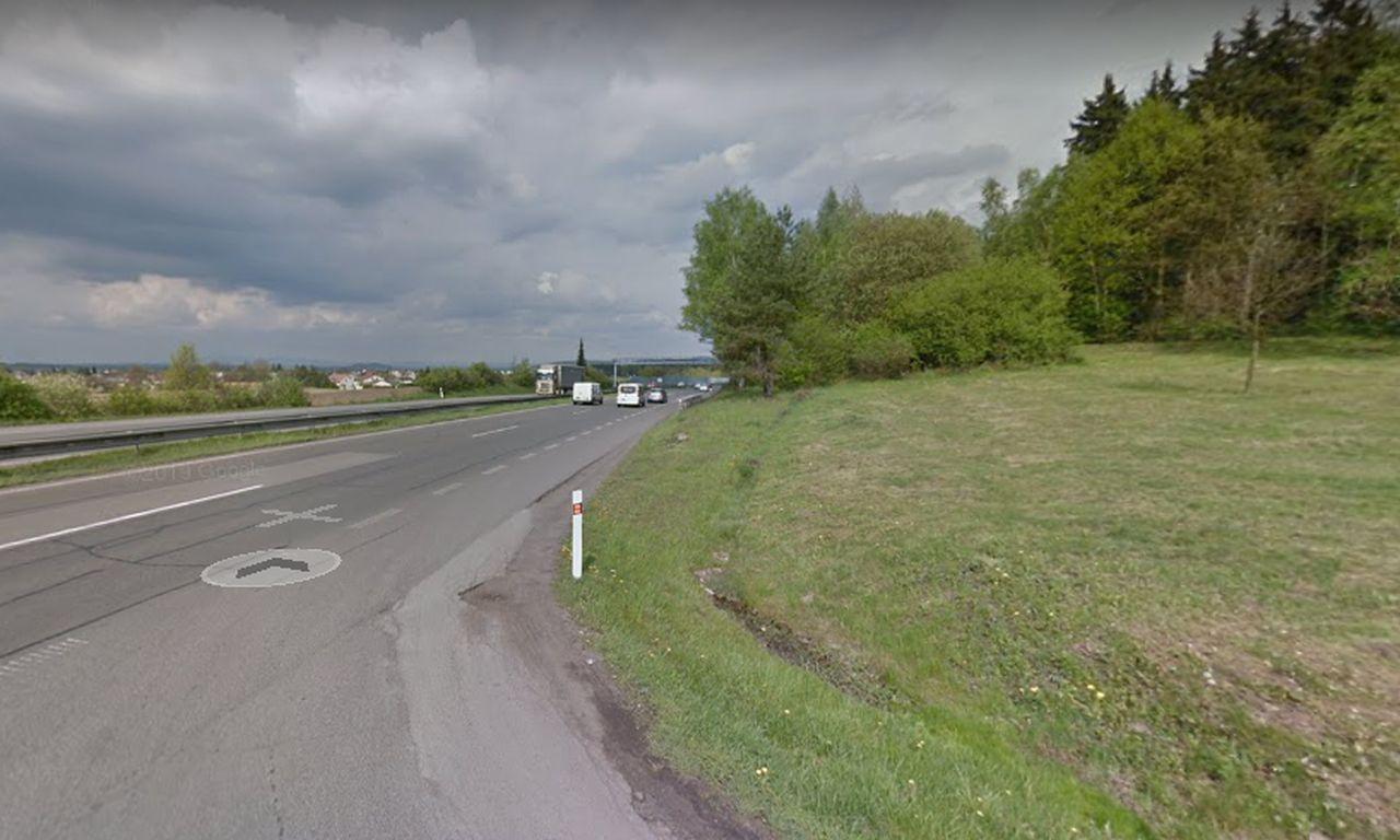 Nájezd nad D10 z dálniční odpočívky u Bakova nad Jizerou. Foto: Google Street View