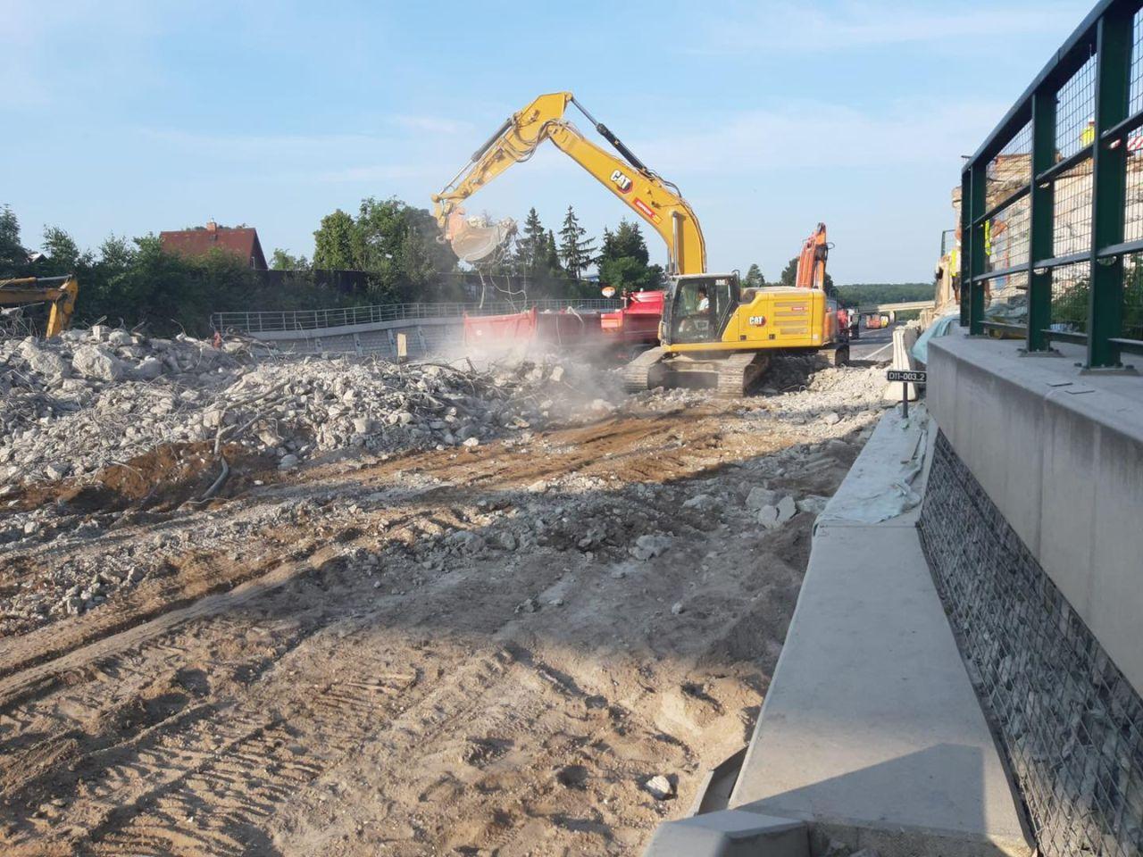 Demolice mostu přes D11 v Praze - Horních Počernicích. Foto: TSK