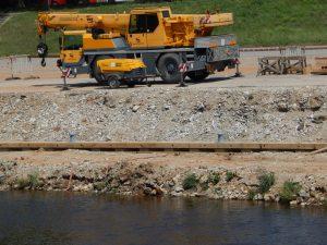 Na pravém břehu Vltavy v Budějovicích vzniká nová přístavní hrana. Autor: Zdopravy.cz/Jan Šindelář