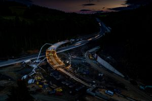Betonování mostu na křižovatce Rádelský mlýn. Pramen: ŘSD