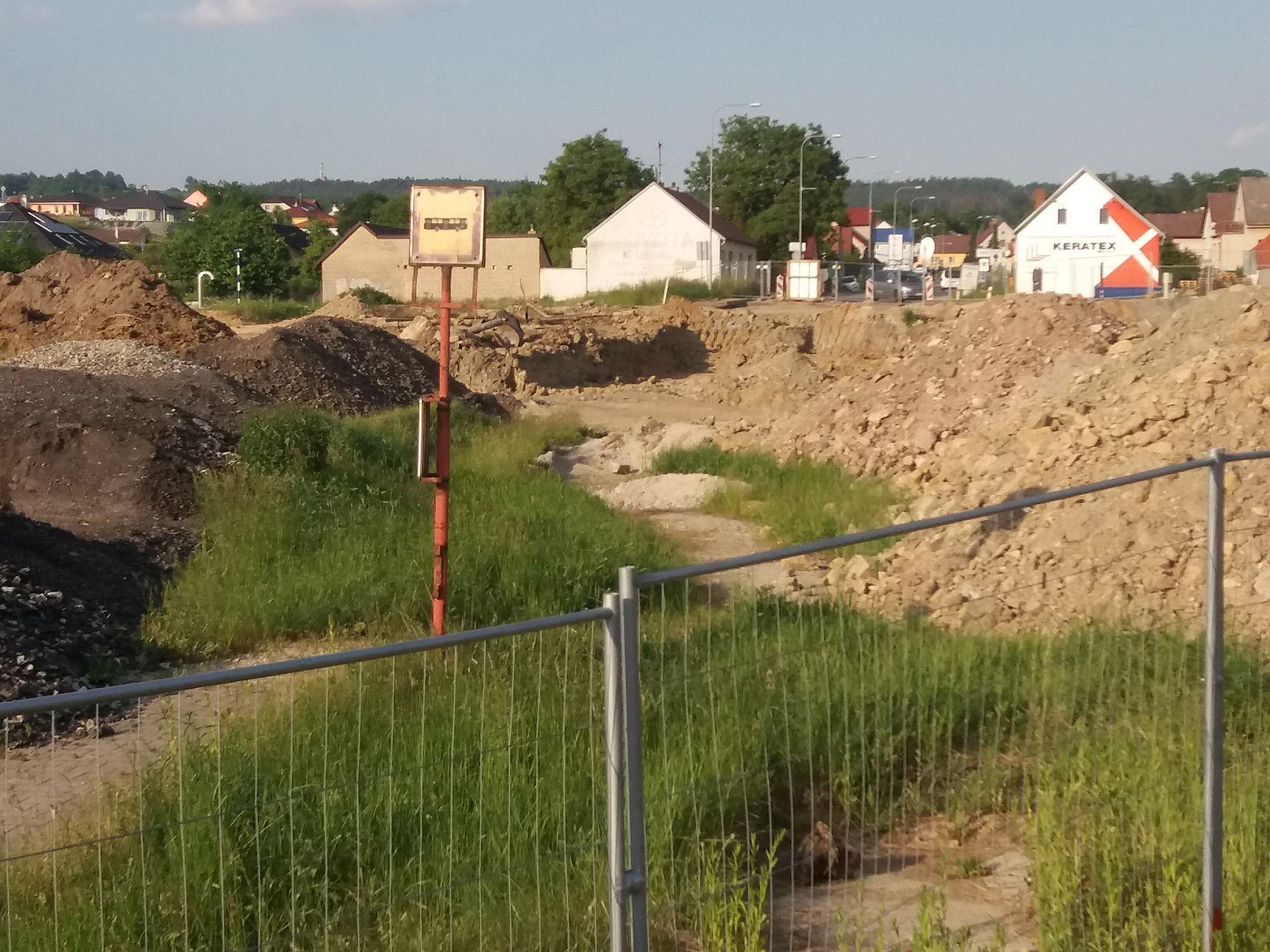 Překopaná Rudolfovská ulice, pod kterou povede dálnice D3. Autor: Zdopravy.cz/Jan Šindelář
