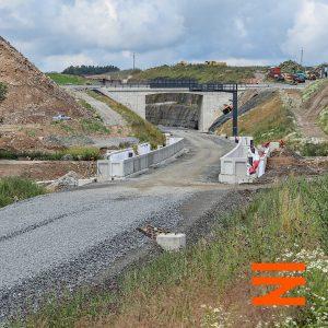 Před vjezdem do zářezu vznikají nástupiště přesouvané zastávky Mezno. Je na místě bývalé silnice z Mitrovic do Mezna. Silnice byla vyvedena na nadjezd. Pramen: Správa železnic
