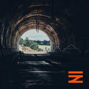Z tunelu je vidět nová zastávka Střezimíř a na ní umístěný přístřešek. Pramen: Správa železnic