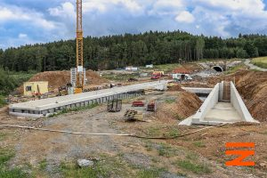 Pohled zpět k Sudoměřicím na portál tunelu Deboreč a na stavbu podchodu na budoucí zastávce Ješetice. Pramen: Správa železnic