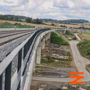 Trať za mosty pokračuje do nazdického zářezu a dál k Voticím. Pramen: Správa železnic