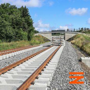 Nové koleje prozatím končí u prvního ze tří nadjezdů v této lokalitě. Tento převádí lesní cestu. Pramen: Správa železnic