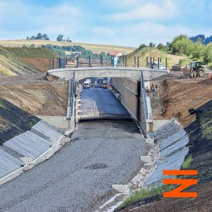 U Lipin se trať dostává do zářezu, který se postupně směrem k Meznu prohlubuje. Pramen: Správa železnic