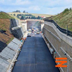 Asfaltové koberce pod tratí se ve skalních zářezech dělají kvůli odvodnění. Pramen: Správa železnic