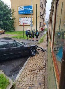 Srážka historické tramvaje s osobním vozem v Jablonci nad Nisou. Foto: Boveraclub