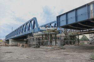 Nasouvání nové mostní konstrukce přes Labe v Čelákovicích. Foto: Správa železnic