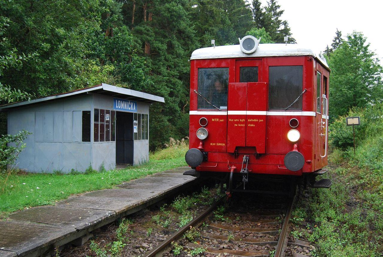 Motorový vůz M131 v zastávce Lomnička na trati Pňovany - Bezdružice. Foto: Bezdružická dráha