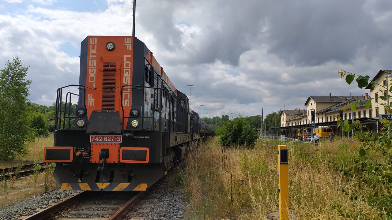 Lokomotiva 742 v čele vlaku BF Logistics v Ebersbachu. Foto: BF Logistics