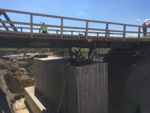 Budování nadjezdu přes silnici I/35 v Ktové. Foto: ŘSD