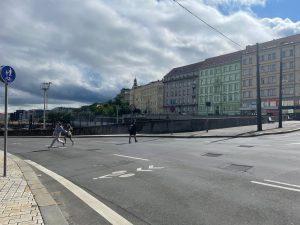 Přecházení magistrály z Václavského náměstí do Vinohradské. Foto: FB Adama Scheinherra