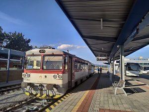 Motorový vůz 813 ve stanici Moldava nad Bodvou. Foto: Jakub0606 / Wikimedia Commons