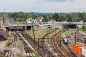 Výjezd z pardubického hlavního nádraží na Prahu a do Rosic nad Labem (vpravo). Foto: Správa železnic