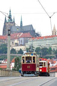 130. výroèí zahájení provozu první elektrické tramvaje v ÈR: slavnostní prùvod historických, muzejních i souèasných tramvají Prahou.