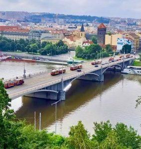 Průvod tramvají ke 130. výročí první jízdy v Praze. Foto: DPP