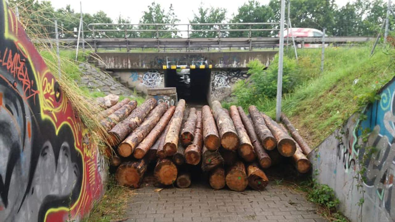 Zablokovaný vchod do podchodu pod D1. Foto: MČ Praha - Újezd