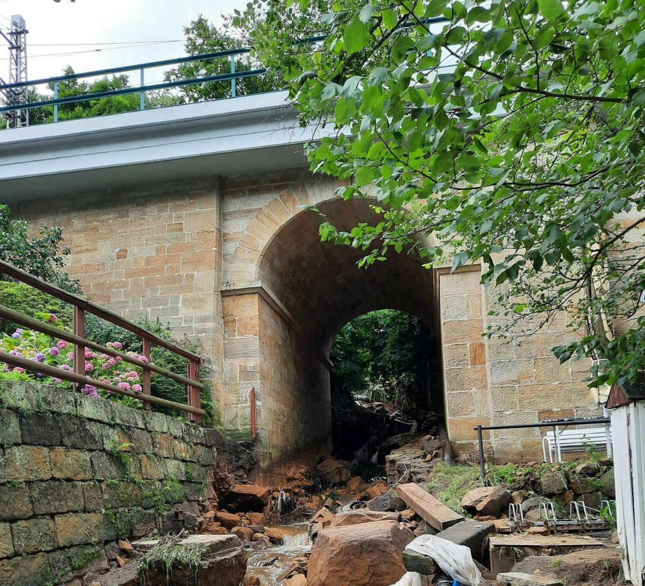 Poškozený most po povodni v Dolním Žlebu, který zcela paralyzoval nákladní dopravu do Německa. Foto: Správa železnic