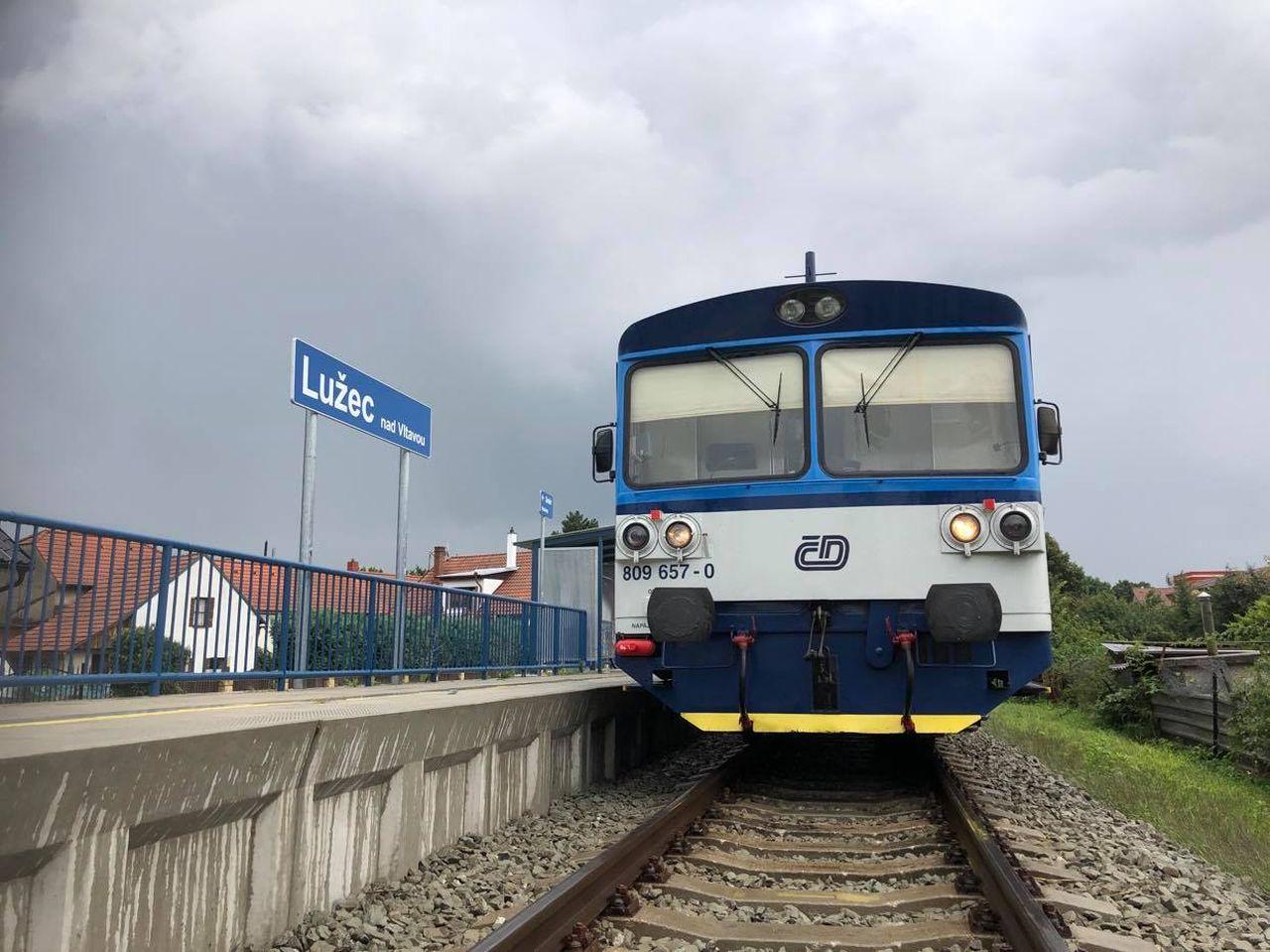Motorový vůz 810 v Lužci nad Vltavou. Foto: Ondřej Kubala