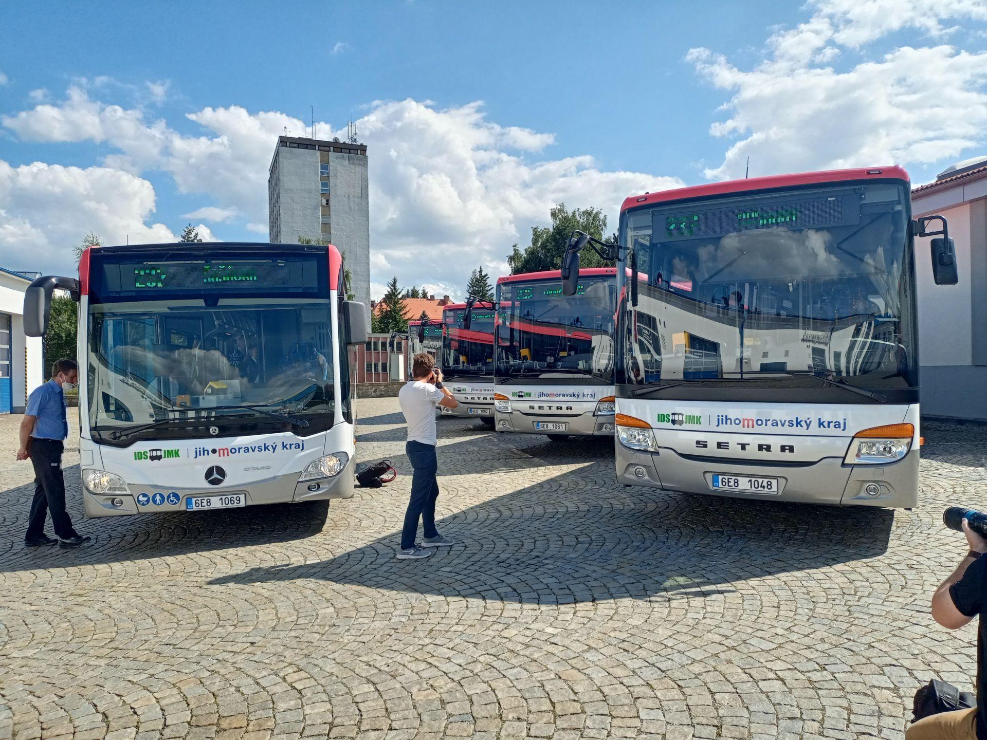 Hybridní autobusy Mercedes-Benz Citaro (vlevo). Pramen: Icom