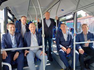 Místopředseda představenstva Icom Transport Zdeněk Kratochvíl (stojící) a jihomoravský náměstek Jiří Crha (třetí zleva). Pramen: Icom
