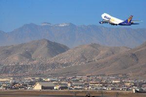 Odlet letadla Atlas Air z letiště Kábul. By Eliezer Gabriel (via ISAF Headquarters Public Affairs Office) https://commons.wikimedia.org/w/index.php?curid=14716673
