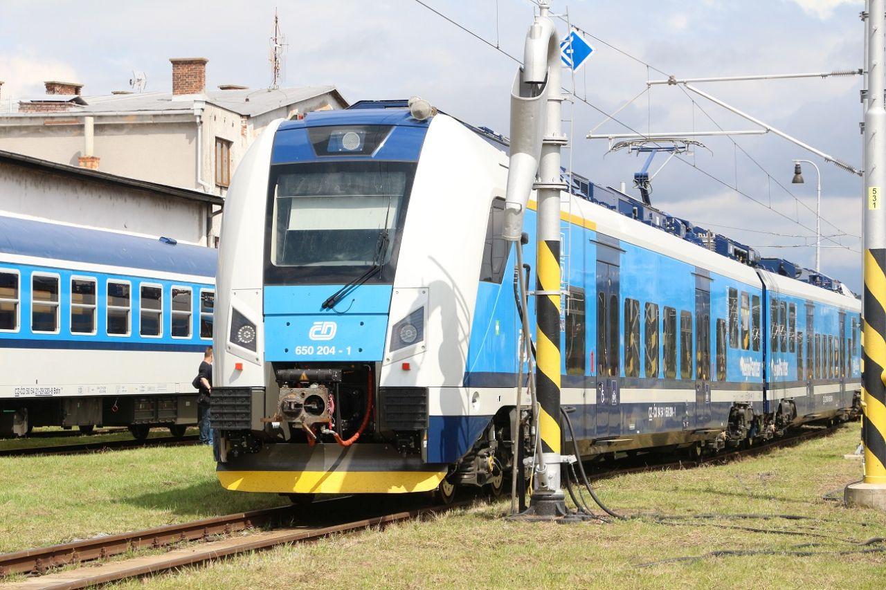 Nové elektrické jednotky 650.2 RegioPanter pro provoz spěšných vlaků Plzeň - Karlovy Vary. Foto: České dráhy