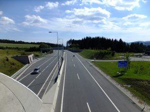 Rychlostní silnice S10 z nadjezdu poblíž Manzenreithu. Autor: Miloš Hlávka – Vlastní dílo, CC BY-SA 4.0, https://commons.wikimedia.org/w/index.php?curid=74446019