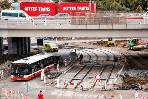 Stavba nové tramvajové trati a smyčky poblíž terminálu Zahradní Město. Pramen: ROPID