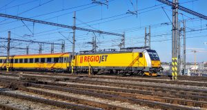 Lokomotiva Bombardier TRAXX MS2 v čele vlaku RegioJet odjíždí ze stanice Praha hlavní nádraží. Foto: Jan Sůra / Zdopravy.cz