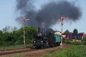 Lokomotiva 354.7152 v Krupé u mechanických návěstidel. Foto: Kolešovka.cz