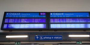 Tabule s odjezdy vlaků v Kolíně. Foto: Petr Šolta