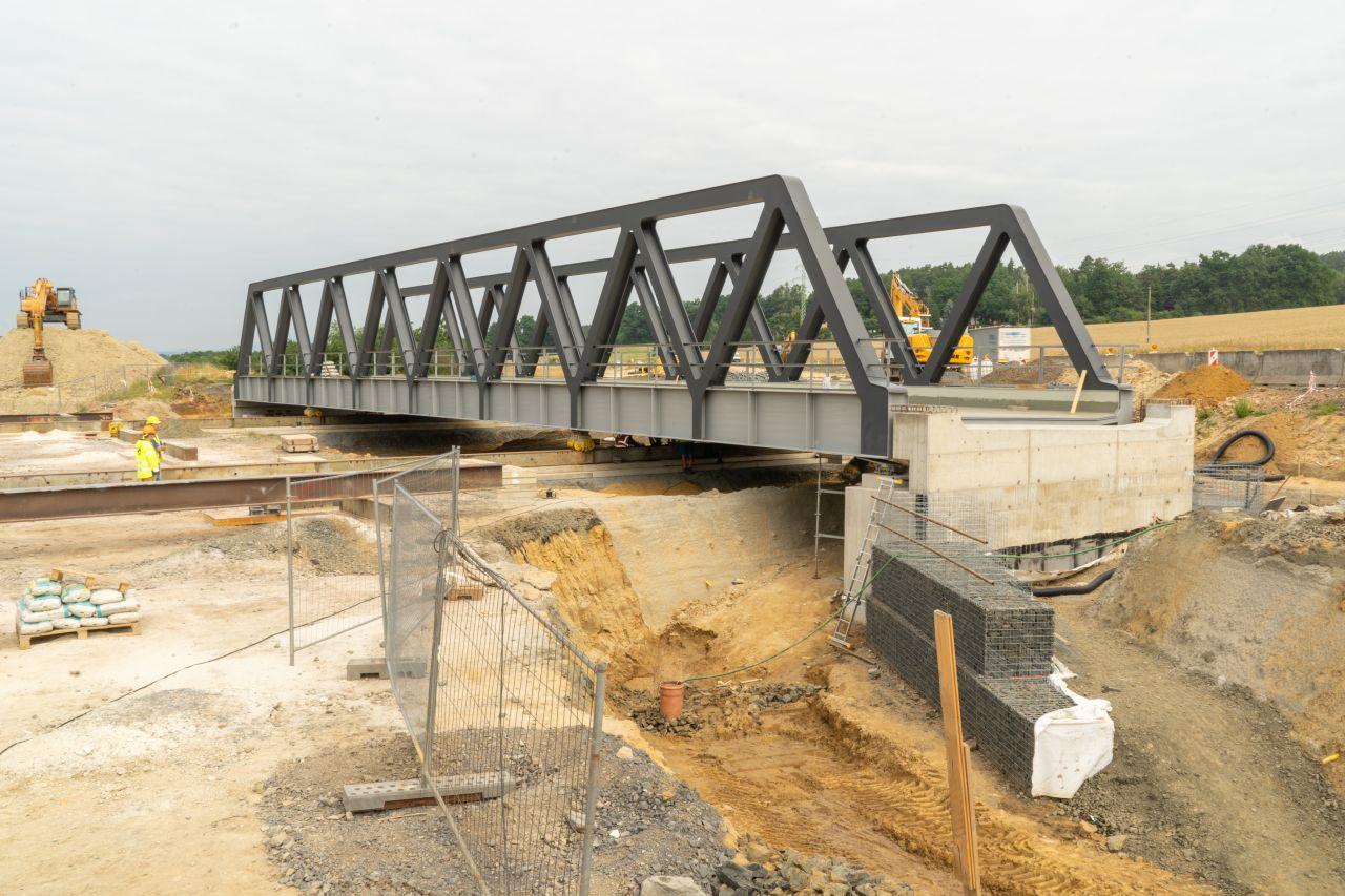 Vysouvání mostu v Ktové přes silnici I/35. Foto: Valbek
