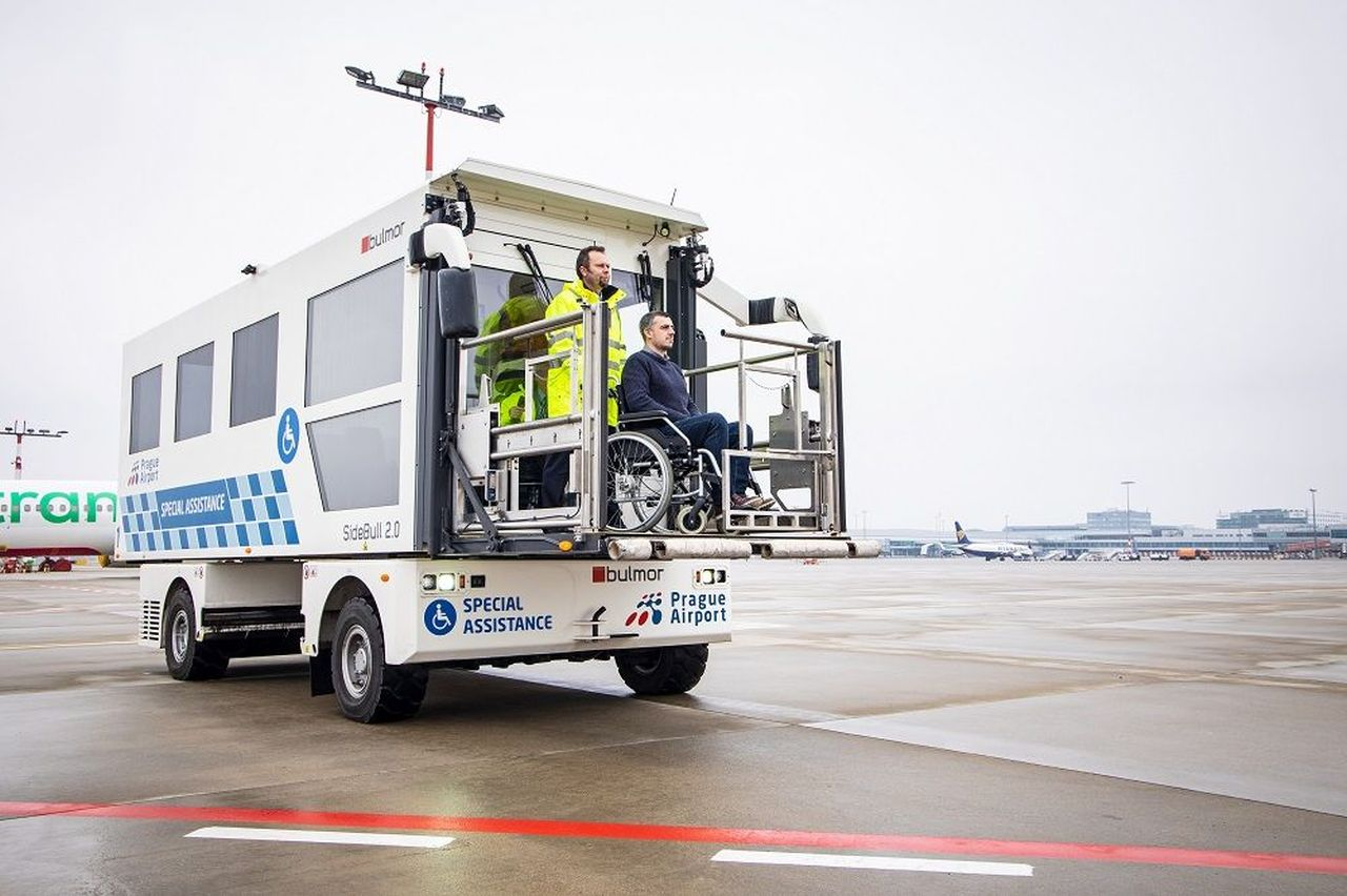 Ambulift pro nástup cestujících s omezenou pohyblivostí do letadla. Foto: Letiště Praha